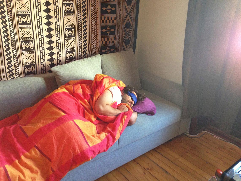 Dormindo muito feliz — tô sorrindo até — no sofá do meu anfitrião em Oslo (Noruega)