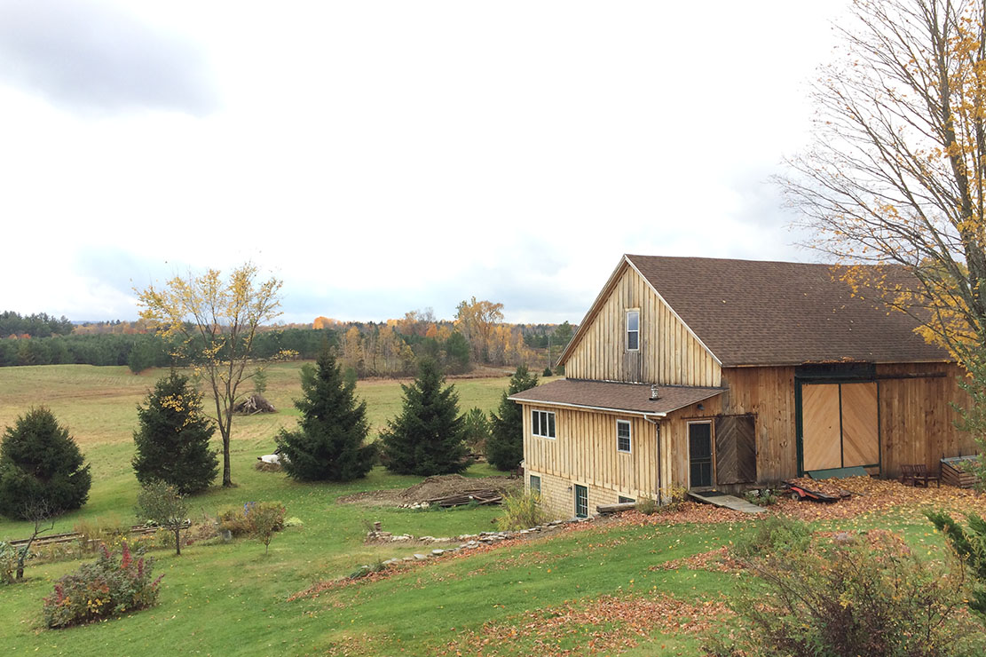 Um celeiro separado da casa dos nossos queridos anfitriões no Maine (EUA): recém-reformado, lindo, todo em madeira ♡