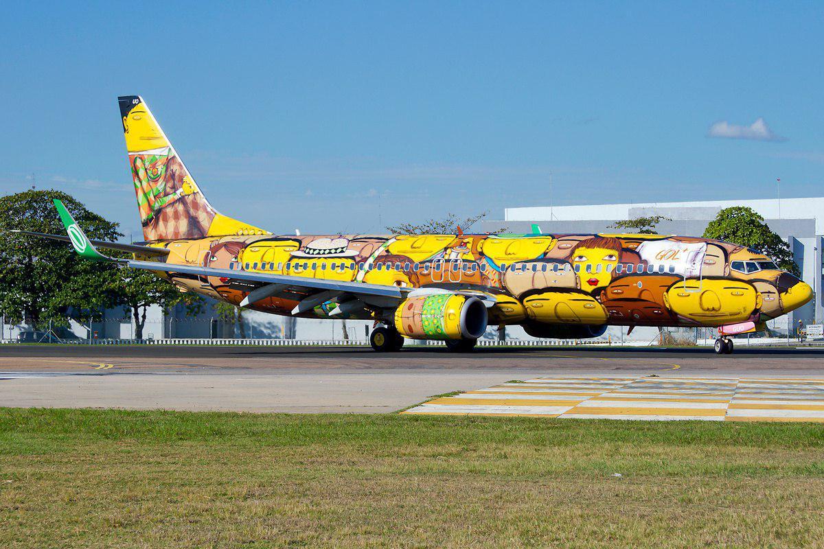 A Gol fez parceria com os grafiteiros Osgemeos e sua aeronave virou uma obra de arte