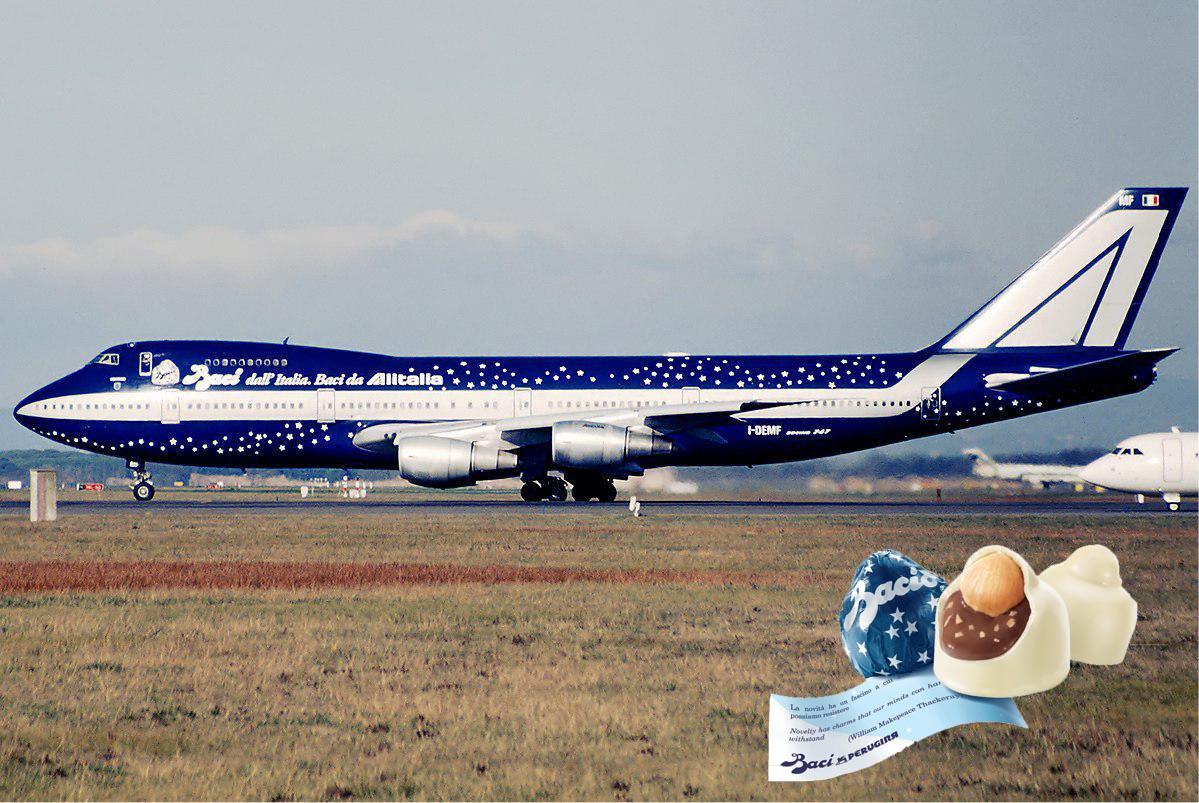 Olho para esse avião da Alitalia e sinto coisas. Uma delícia esse chocolate Baci Perugina!
