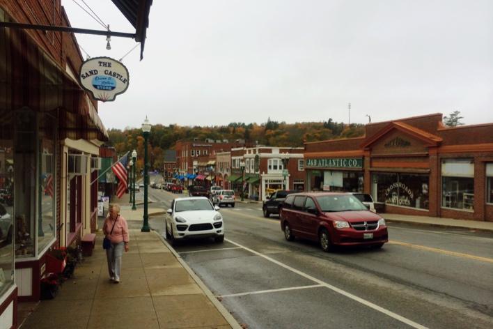 Cidade beira de estrada no Maine é assim. Essa se chama Ellsworth e é basicamente isso. Muito que bem