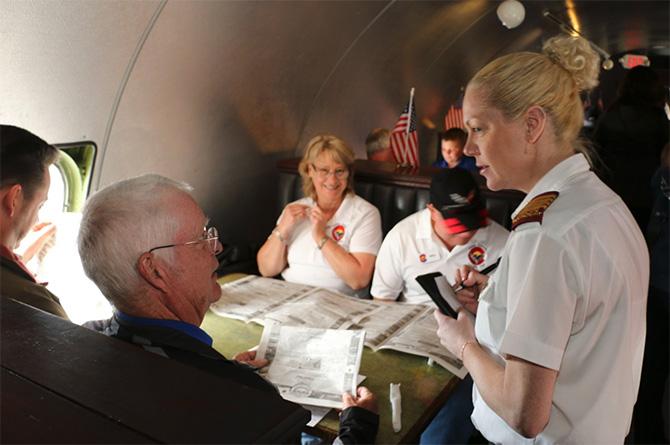 Dentro do avião o clima é retrô inspirado na década de 1950, quando o Boeing KC-97 foi fabricado (Foto:  TripAdvisor )