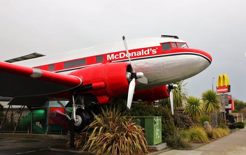 O avião-lanchonete funciona desde 1990 e foi pintado em vermelho — cor símbolo da famosa cadeia de fast-food (Foto:SagMart.com)