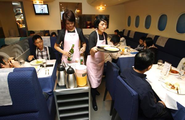 A lista de espera do A380 Air Kitchen é controlada por meio de cartões de embarque dados aos clientes na chegada (Foto:smh.com.au)