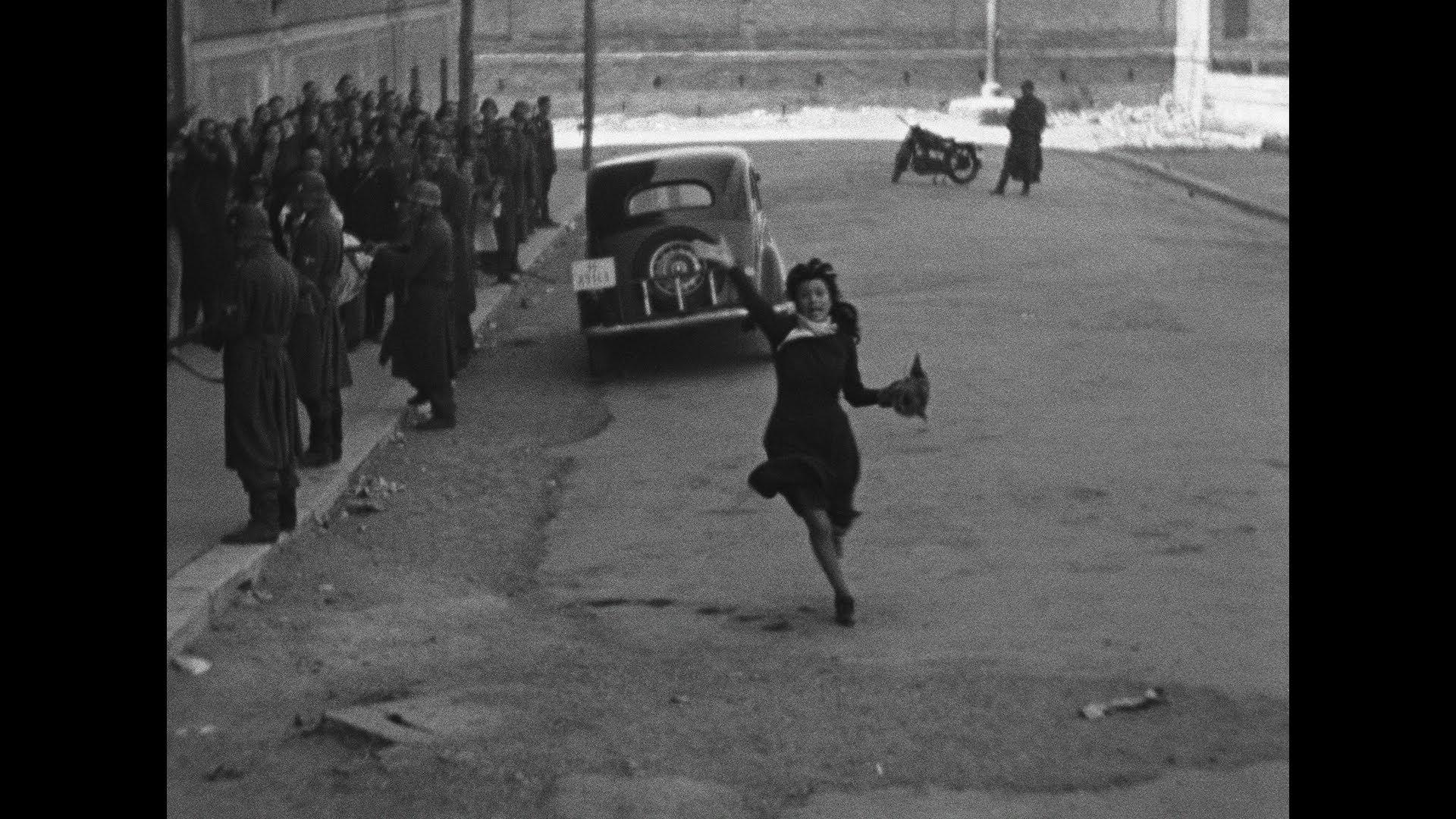 Famosa cena de  Roma, Cidade Aberta , na qual Pina (Anna Magnani) corre atrás do caminhão no qual está sendo levado o marido preso, na Roma da Segunda Guerra Mundial