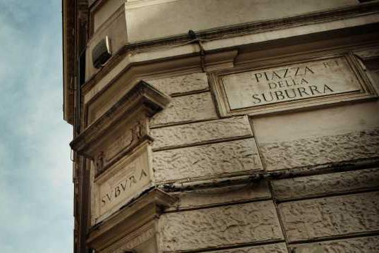 Piazza della Suburra: último vestígio da região da Roma antiga que batiza o filme — bem pertinho da estação de metrô Cavour, pra quem quiser conhecer