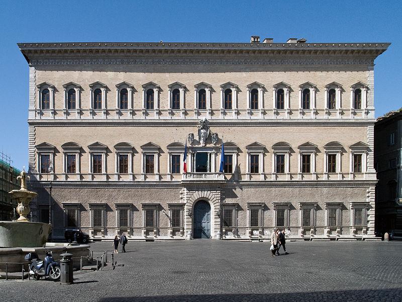Palazzo Farnese com a fonte que pertencia às termas de Caracalla