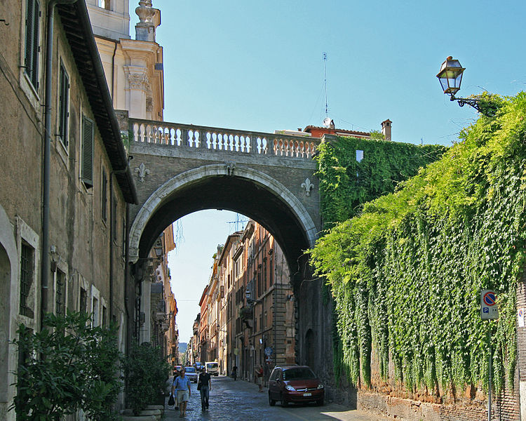 Arcada sobre a renascentista Via Giulia