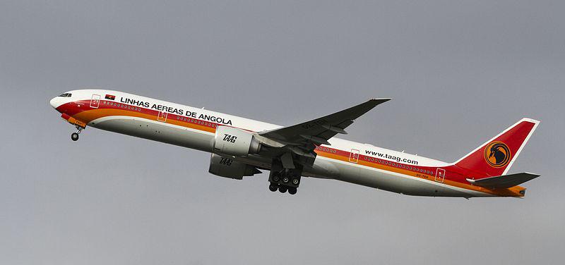 A União Europeia permite que apenas alguns modelos da frota da  TAAG  entrem em seu espaço aéreo — como é o caso deste boeing 777