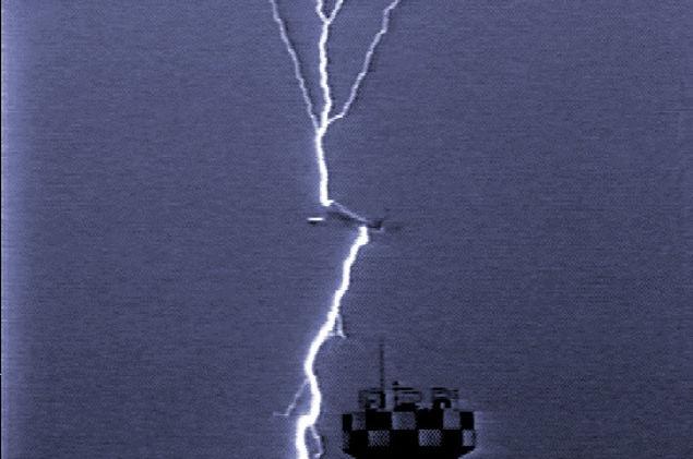 Um raio atingiu este avião enquanto decolava, em Osaka (Japão), e depois seguiu para o solo — a eletricidade é conduzida ao longo da fuselagem de alumínio e a vida segue em paz (Foto:  Gizmodo )