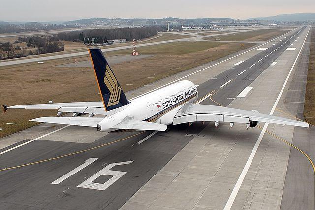 Airbus A380 da Singapore Airlines momentos antes de decolar no Aeroporto de Zurique. Como que um bichão desse voa? (Foto:  Rolf Wallner )