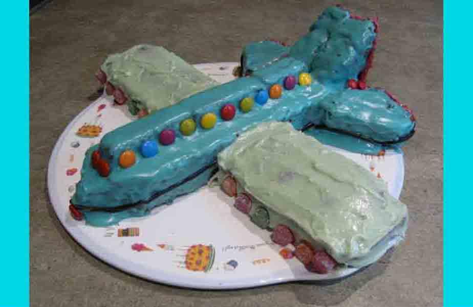 Para celebrar o nosso aniversário, ofereço a vocês uma fatia desse BELÍSSIMO bolo… (minha gente, o que é isso…)