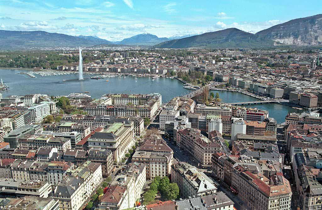 Confesso que achei Genebra meio sem graça. Um dos cartões-postais de lá é esse..jato-d'água no meio do lago