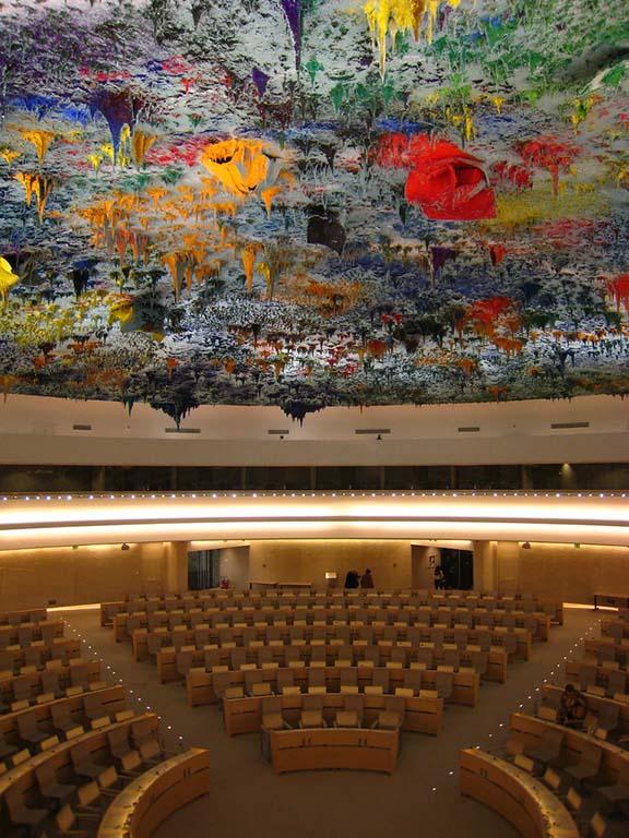 O teto desse salão da sede da ONU em Genebra é surrealmente lindo. A obra é do artista espanhol Miquel Barceló
