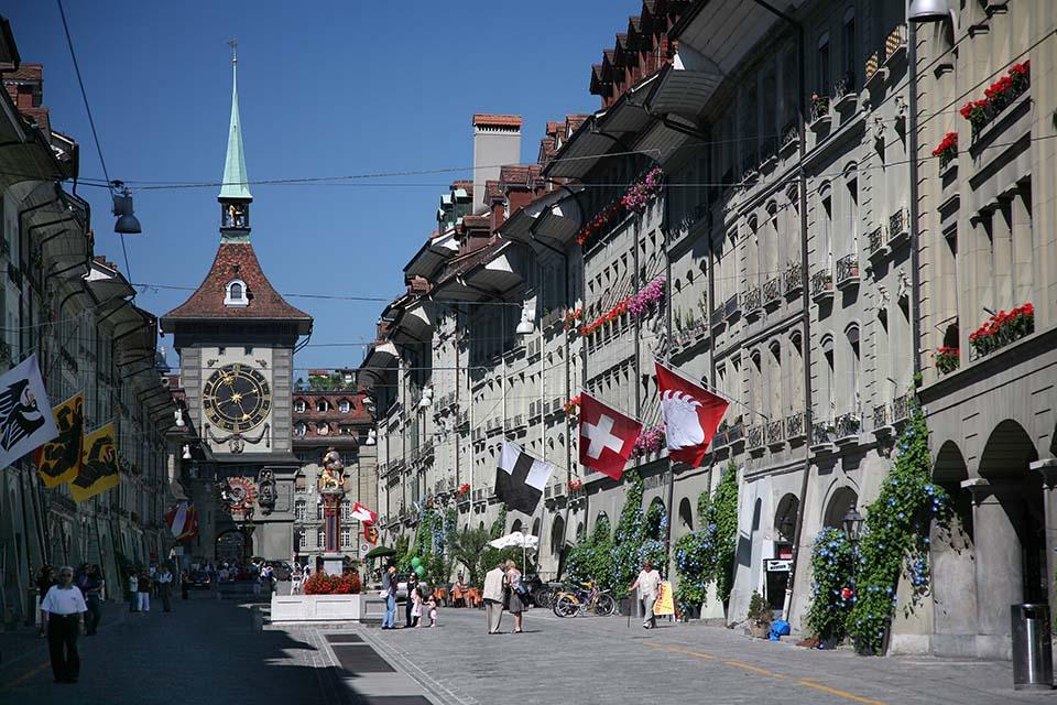 Berna é muito fofa. Aqui vemos parte do centro histórico com a torre do relógio ao fundo. Andar pela parte antigo da cidade foi um dos pontos altos de minha viagem