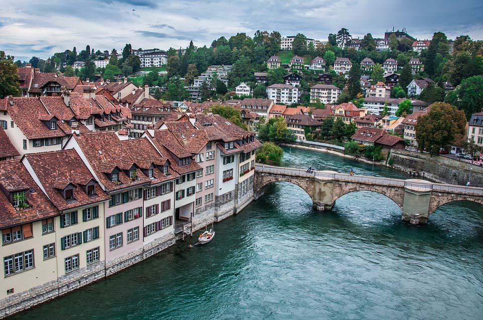 A cidade de Berna é cortada pelo rio Aare. A capital da Suíça não poderia representar melhor o país: pacata, limpa e linda