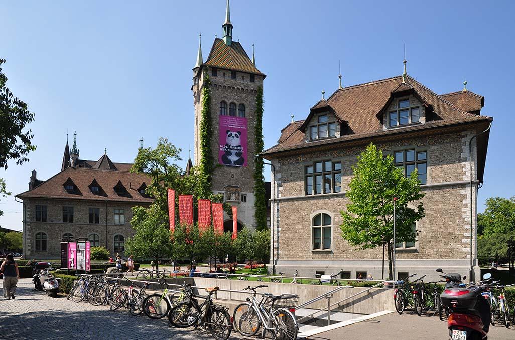 Bicicletas (meio de transporte super popular no país) em frente ao maravilhoso Museu Nacional, em Zurique. Acervo vai da pré-história aos tempos atuais