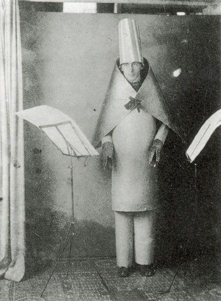 Hugo Ball, um dos fundadores do Dadaísmo. Meio assustadora essa imagem, não?