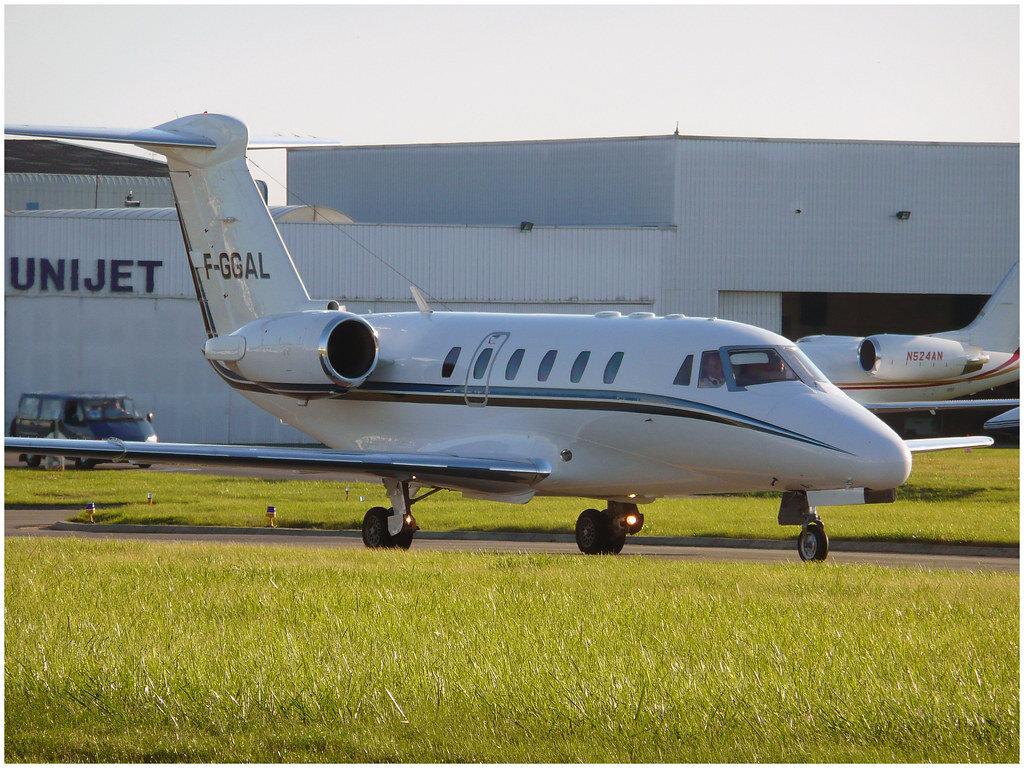 """É comum ver aviões sem motores nas asas nos modelos do tipo """"jatinho"""": questão estrutural"""