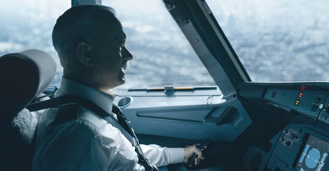 Tom Hanks em cena de Sully. O filme foi baseado na autobiografia do piloto norte-americano Chesley Sullenbergen, cujo apelido dá nome ao filme