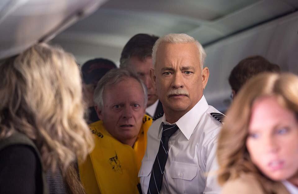 Personagem vivido por Tom Hanks comanda procedimento de saída de evacuação de passageiros após pouso de emergência no Rio Hudson, em Nova York