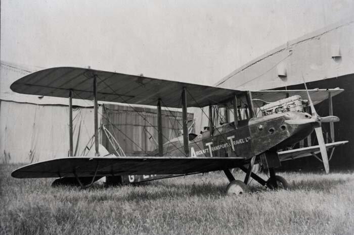 O De Havilland DH-16 não possuia rádio, então o piloto tinha de conduzir o voo baseado naquilo que via — uma tática era seguir as linhas de trem