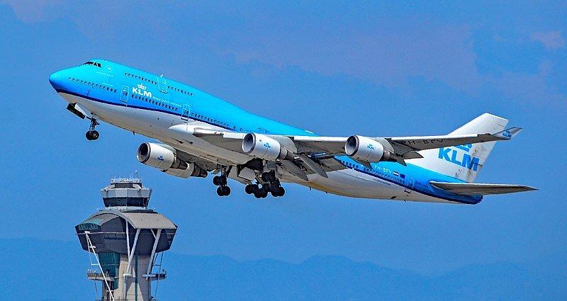 """Um Boeing 747-400 decola em Los Angeles. Amei o """"tom sobre tom"""" dessa foto, o belo azul na pintura da fuselagem e o céu (e montanhas no horizonte) ao fundo"""