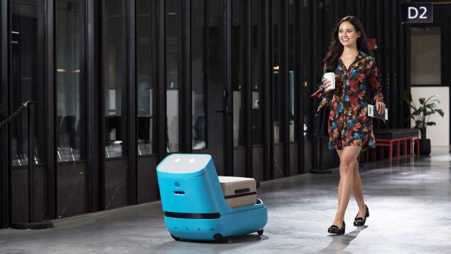 Empresa investe em pesquisa para melhorar a vida dos passageiros, como um robô que ajude a levar a bagagem de mão no aeroporto