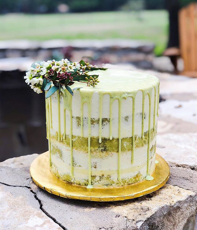 There's finally some sunshine in Austin today and I could not be happier☀️ This 'Matcha Ado About Nothing' was the grooms cake of choice last weekend, doesn't it just scream spring?! 🌸🌿🍵