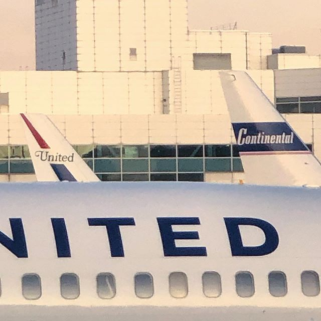 Old branding, new branding, and no filters...just a hazy sunset layover in Denver. My @United plane was so old on the inside—would have felt better about it if it still had that retro type on the outside! .. . .. . .. #united #continental #unitedairlines #airline #airlinebranding #branding #typography #denver #denverinternational #dia @denairport #denairport