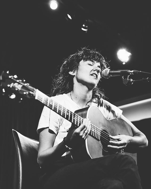 How did I not know of Courtney Barnett before this point in my life? I blame all of my friends who knew! She was AMAZING at Leon Loft! @courtneymelba ✌🏻💛 . . . . . . . #courtneybarnett #leonloft #mistylynphotography #annarbor #livemusicphotography