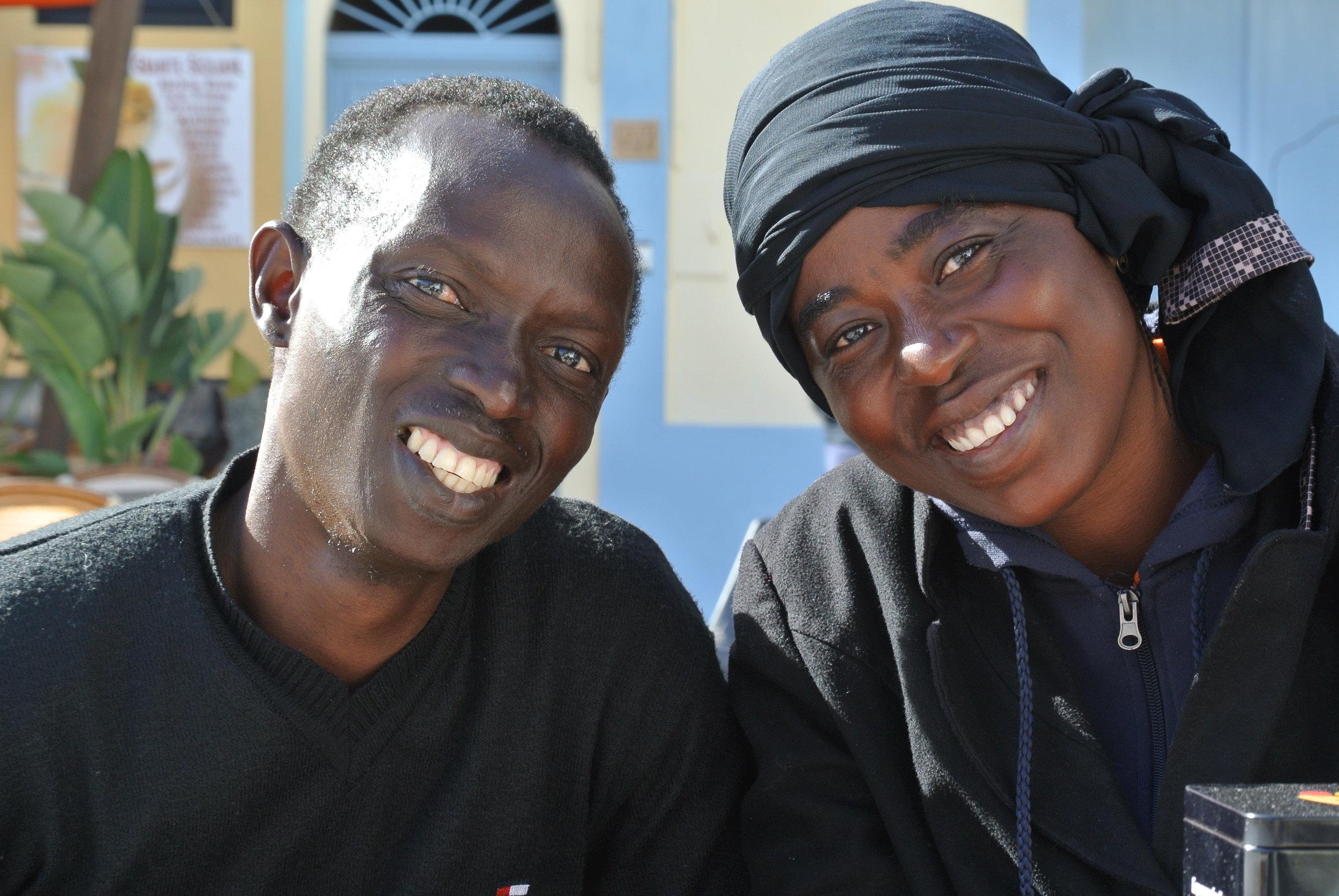 Sx-Dx: Dauda e Mary sull'isola di Lampedusa dopo il salvataggio nel Mediterraneo. Lampedusa, Italia. Aprile 2017. ©Pamela Kerpius