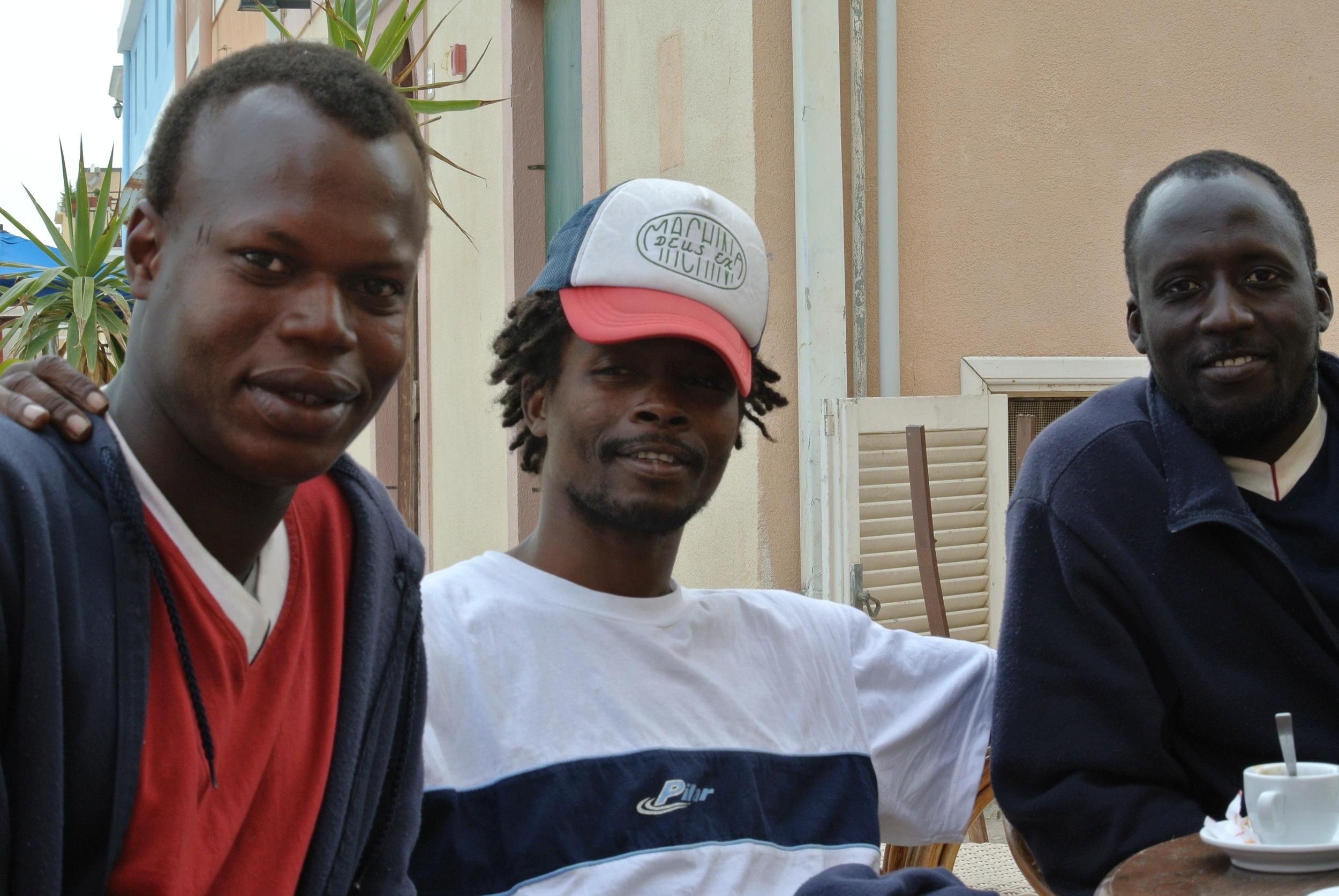 Amici: Yoro, Ousman con il mio cappello e Baboucarr. 28 april 2017; Lampedusa, Italia. ©Pamela Kerpius