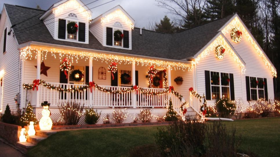 RMS_MIA123-outdoor-Christmas-lights-decorations_s4x3.jpg.rend.hgtvcom.966.725.jpg