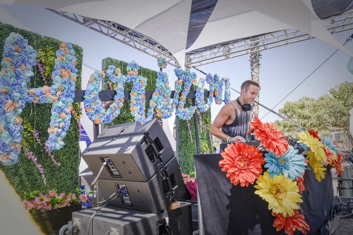 claenslate-music-carnage-horizon-newport-dunes-beach-day-festival-djing-in-front-of-crowd