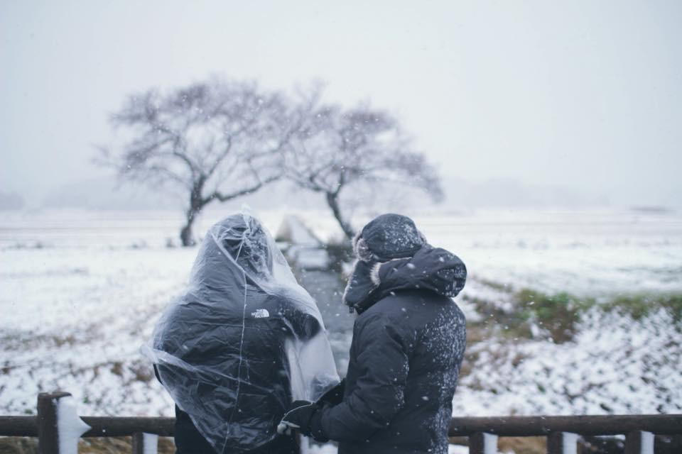 大雪の中、雪景色を撮影する菱川監督。冬の風景の撮影だけで1週間を費やした。