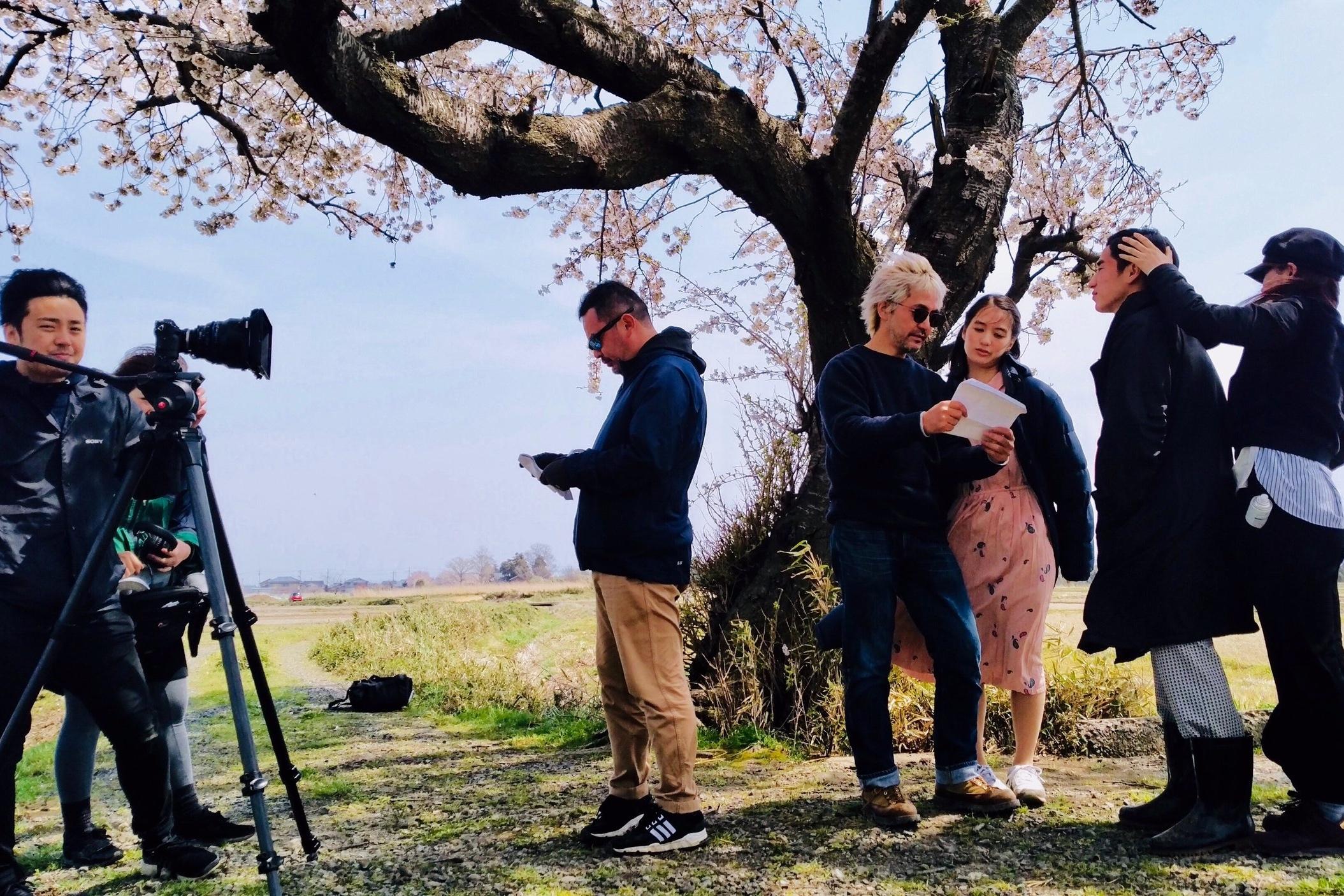 大慌てで始まった春編の撮影。強風の中、悪戦苦闘しながら撮影が行われた。