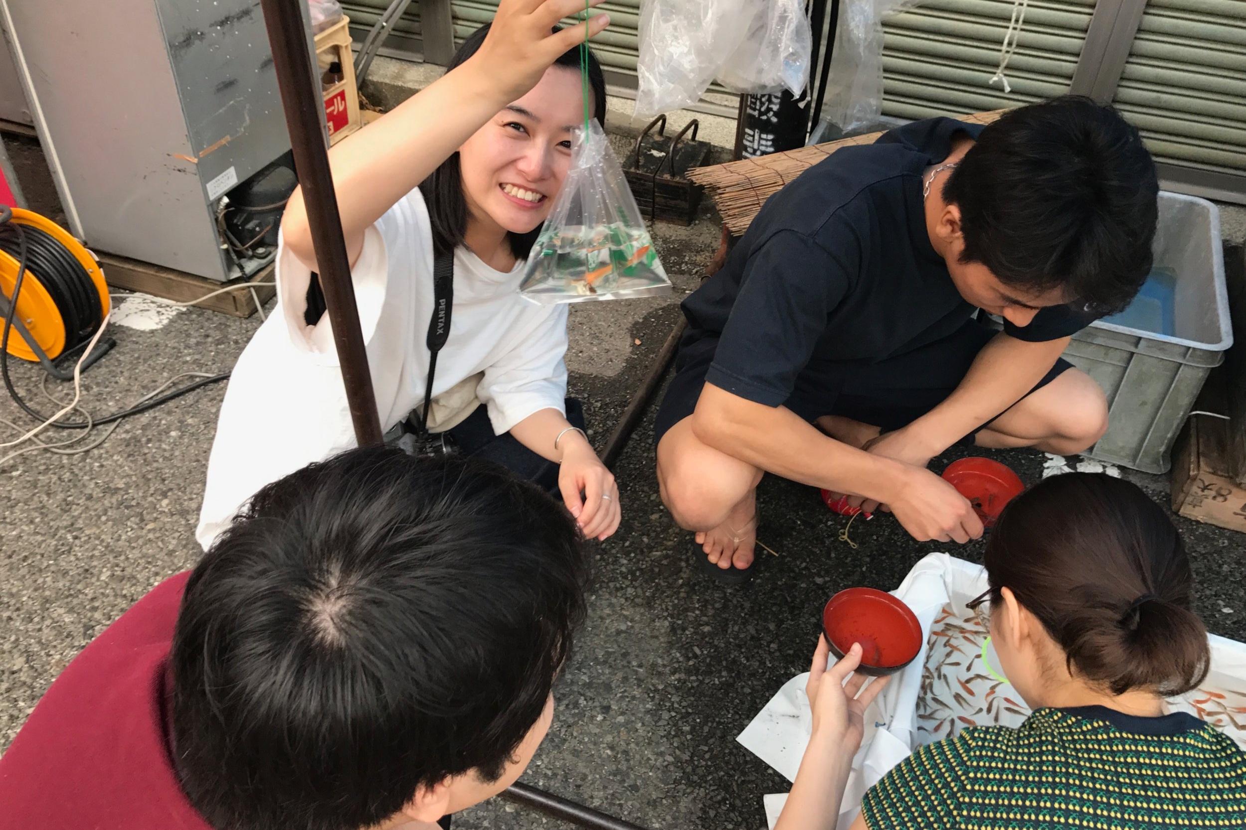巻の夏祭りに参加した俳優陣。真剣に金魚すくいをしている山田さん。
