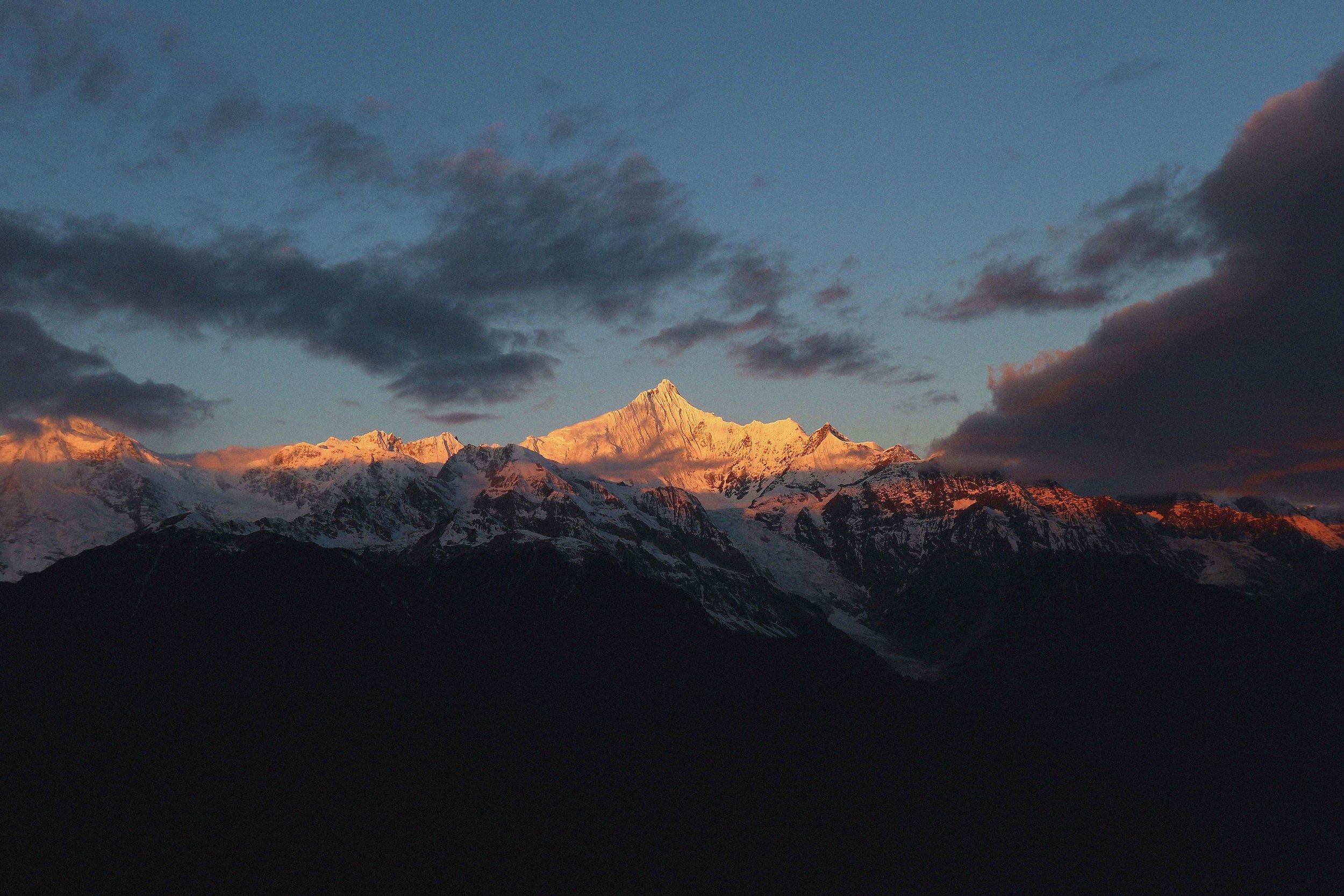 Sunrise on the Meili Mountain range from Feilai Si
