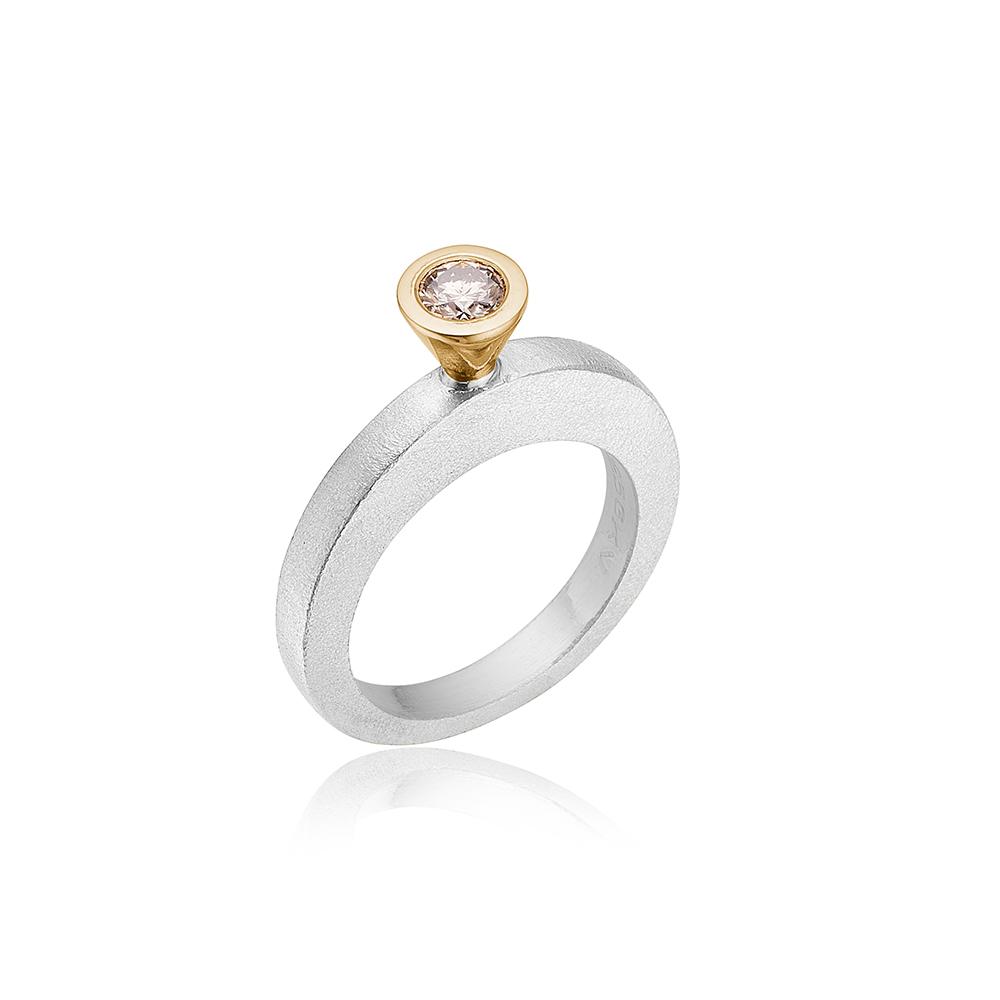 Kræmmerhus ring med farvet diamant.