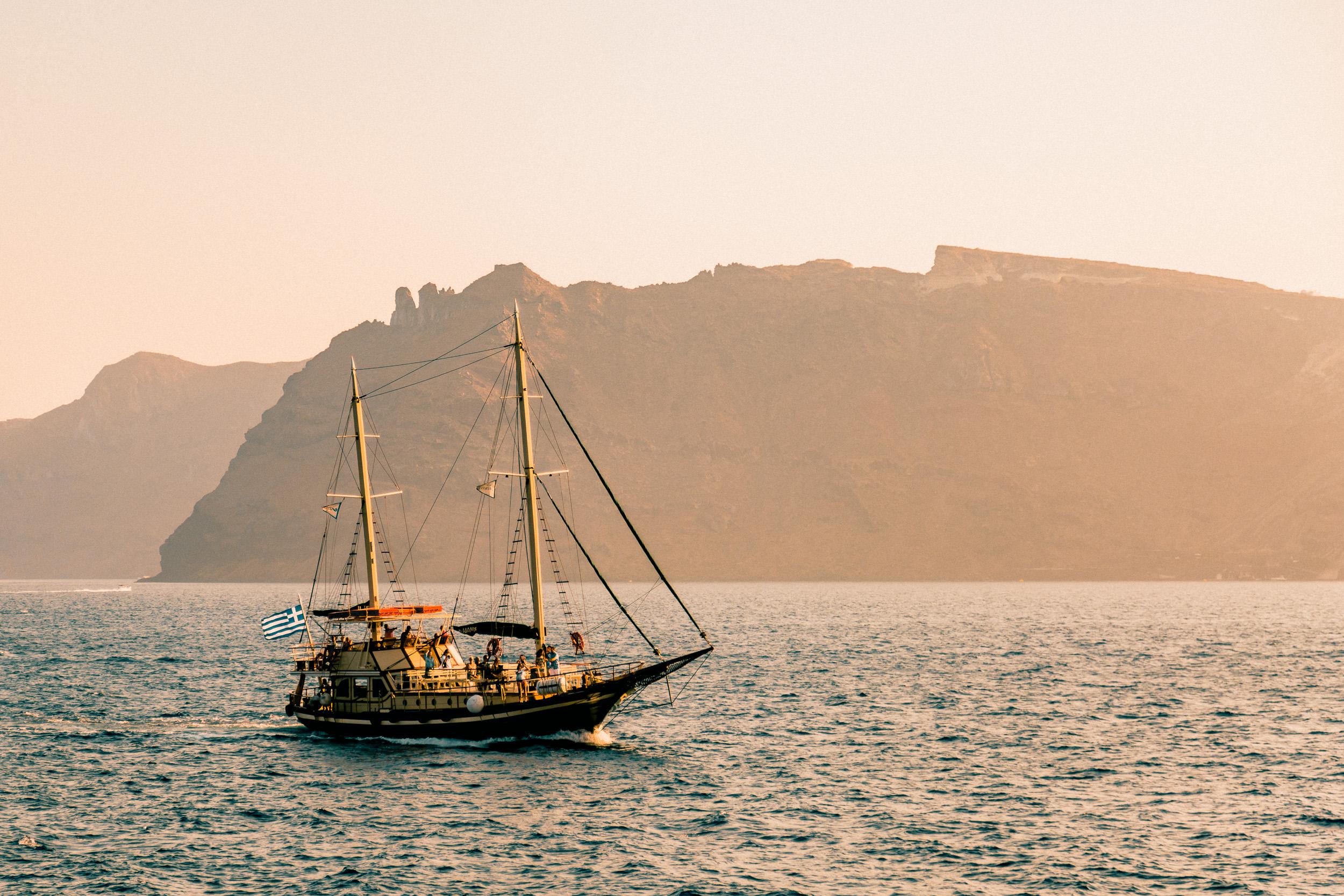 33-santorini-greece-sunset-sailboat-cyclades-aegean-sea-anna-elina-lahti-photographer.jpg