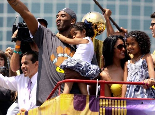 The basketball star celebrated a Lakers victory with Vanessa and the kids at a parade in Los Angeles back in 2009. via  E Online