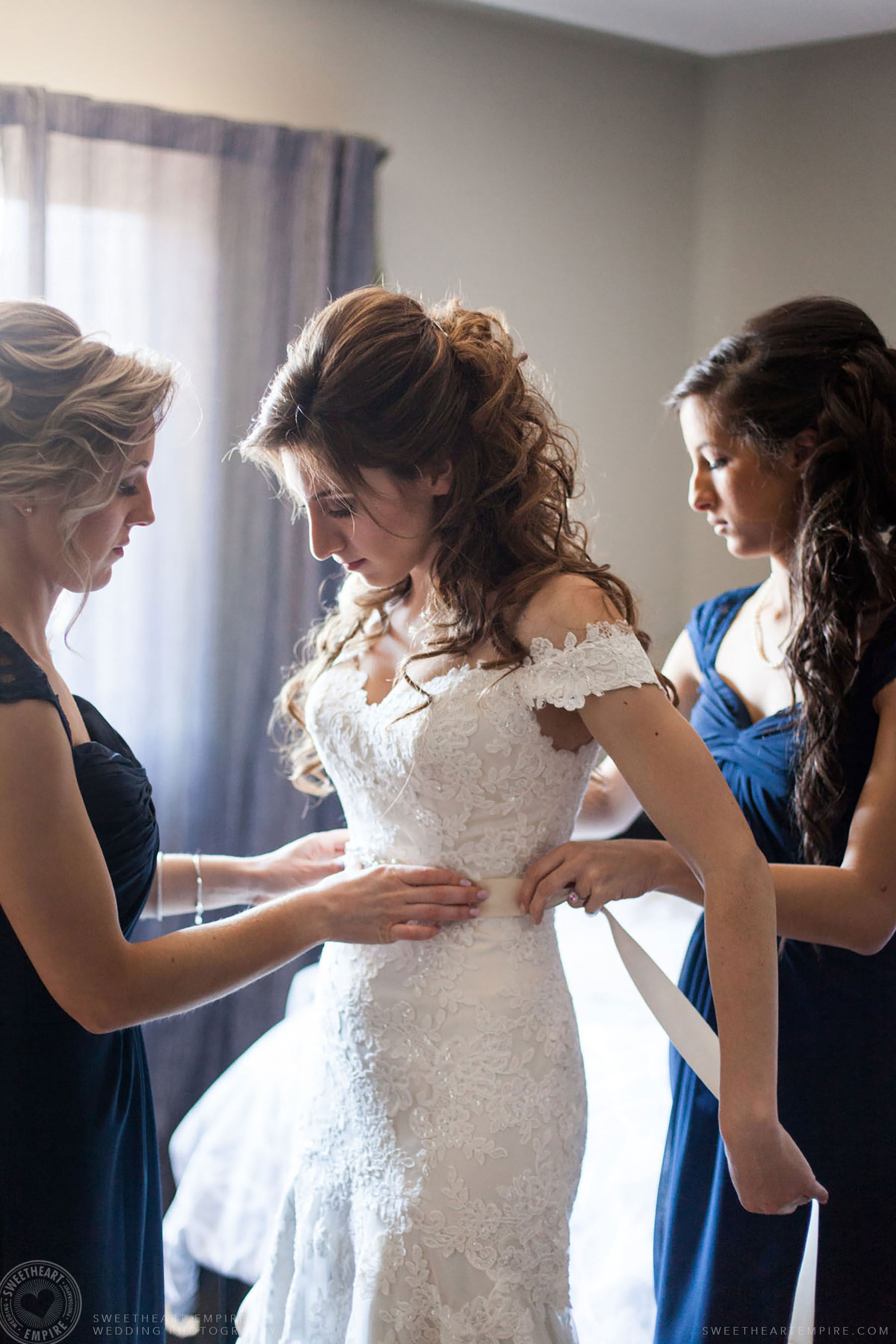 Bride getting ready with her bridesmaids, Eagles Nest Wedding Photos