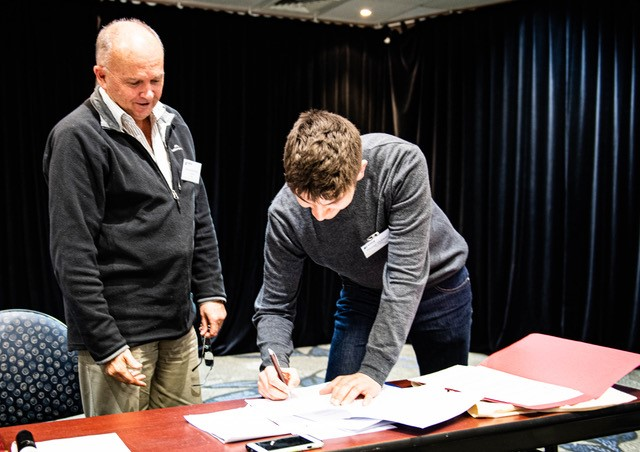 George Hobson (YBNZ) and Bruce McKinlay (President, Birds NZ) signing the MoU at the Birds NZ AGM. Photo credit: Les Feasey