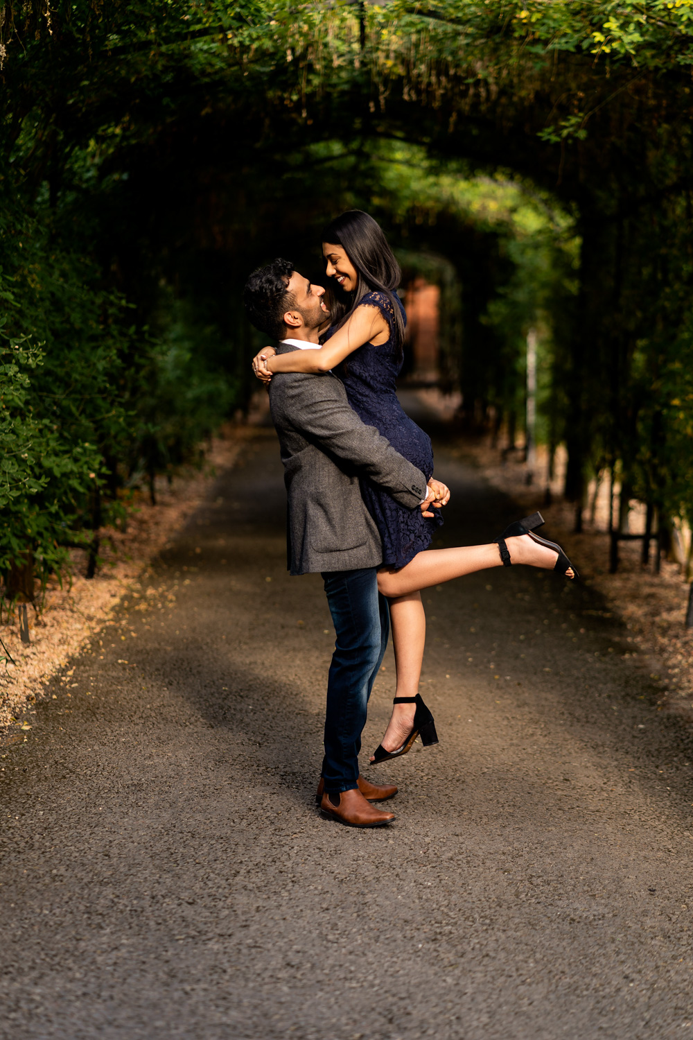 Lovers in intimate moment captured at Hapton Court Palace | Pre Wedding Shoot