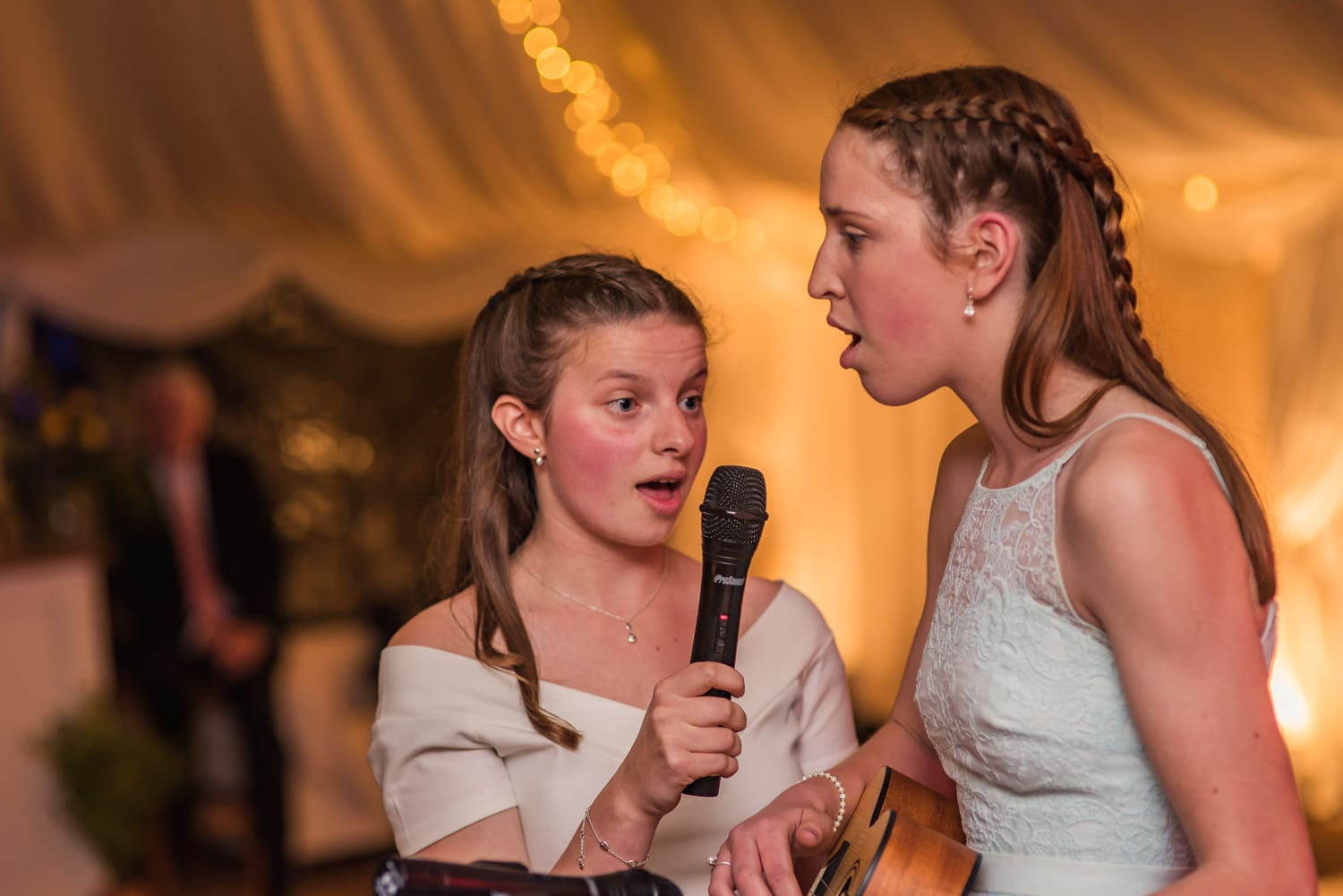 115-wedding-guests-singing.jpg
