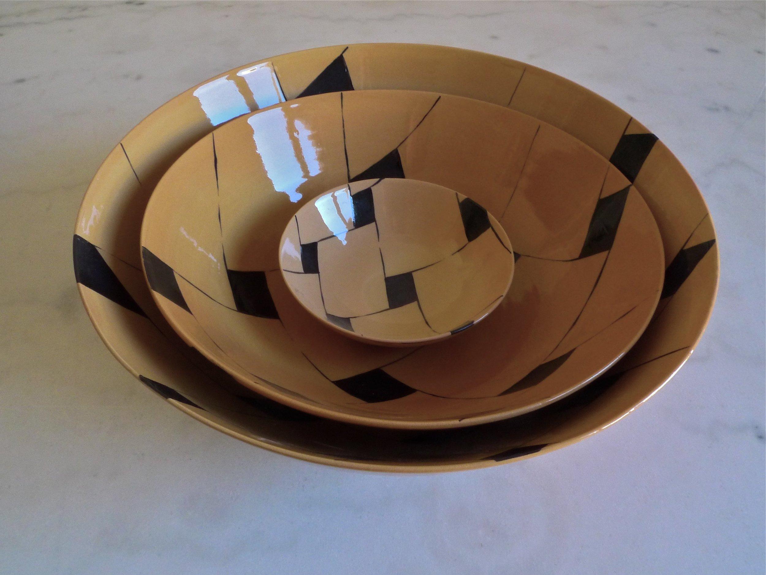 terra cotta black line perspective bowls: 15cm (40 E) 30cm (200E) 40cm (350E)