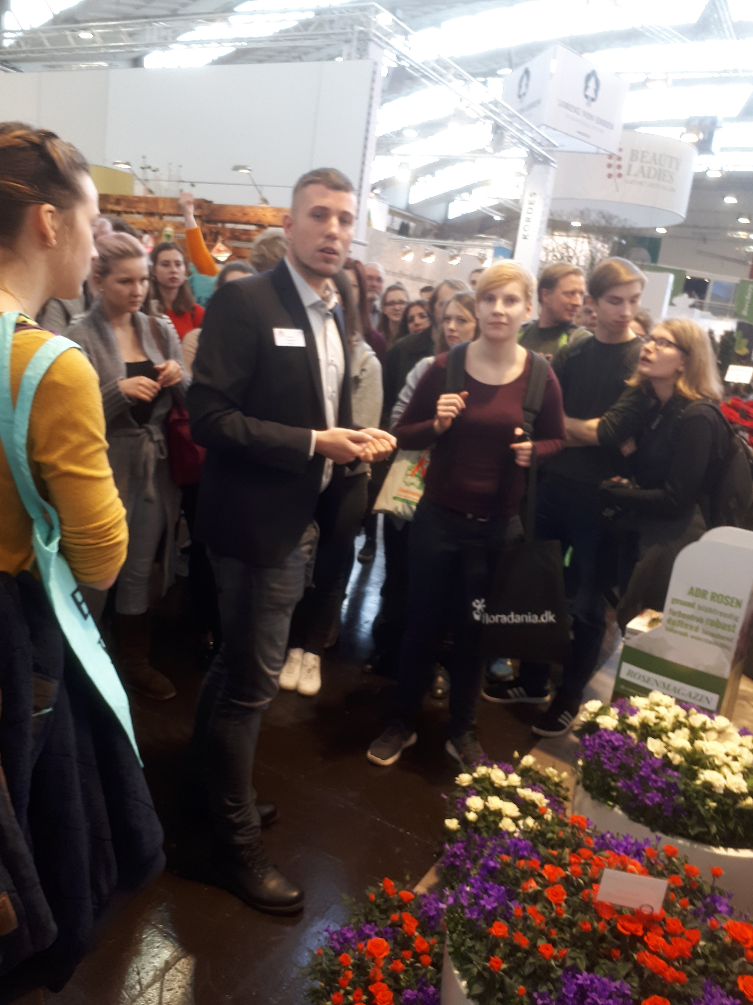 Herr Kordes erläutert den Studierenden die Vielfältigkeit der Produktpalette von Rosen Kordes