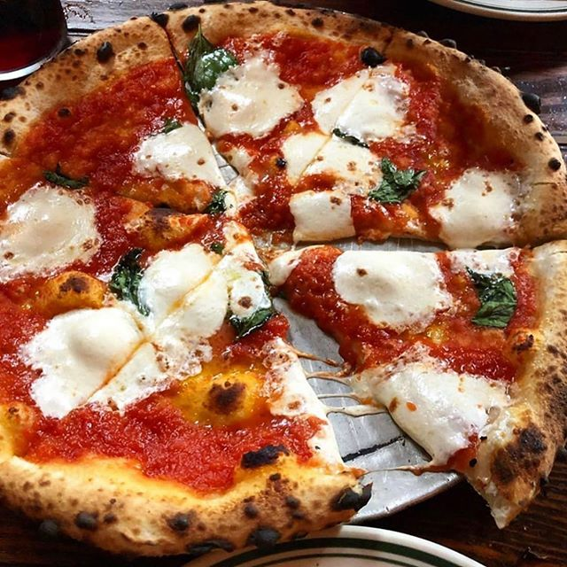 PIZZA PLEASE 🍕😛 via @nyfoodsharings #pizza #margaritapizza #cheesepizza