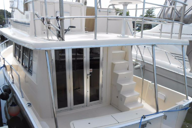 The Mainship 40 offers a low maintenance exterior, and is fairly simple. For many, this works for their short-term plans.